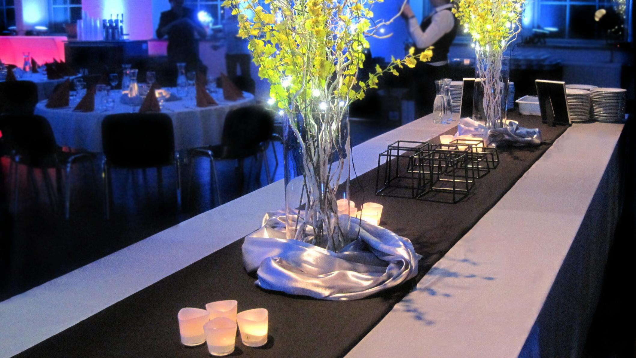 tapahtumassa koristeita pöydällä